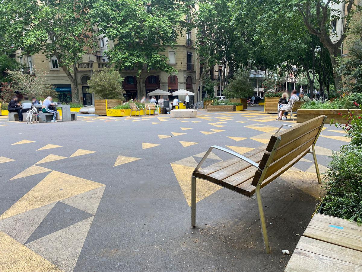 Bancos de madera en el Eixample de Barcelona