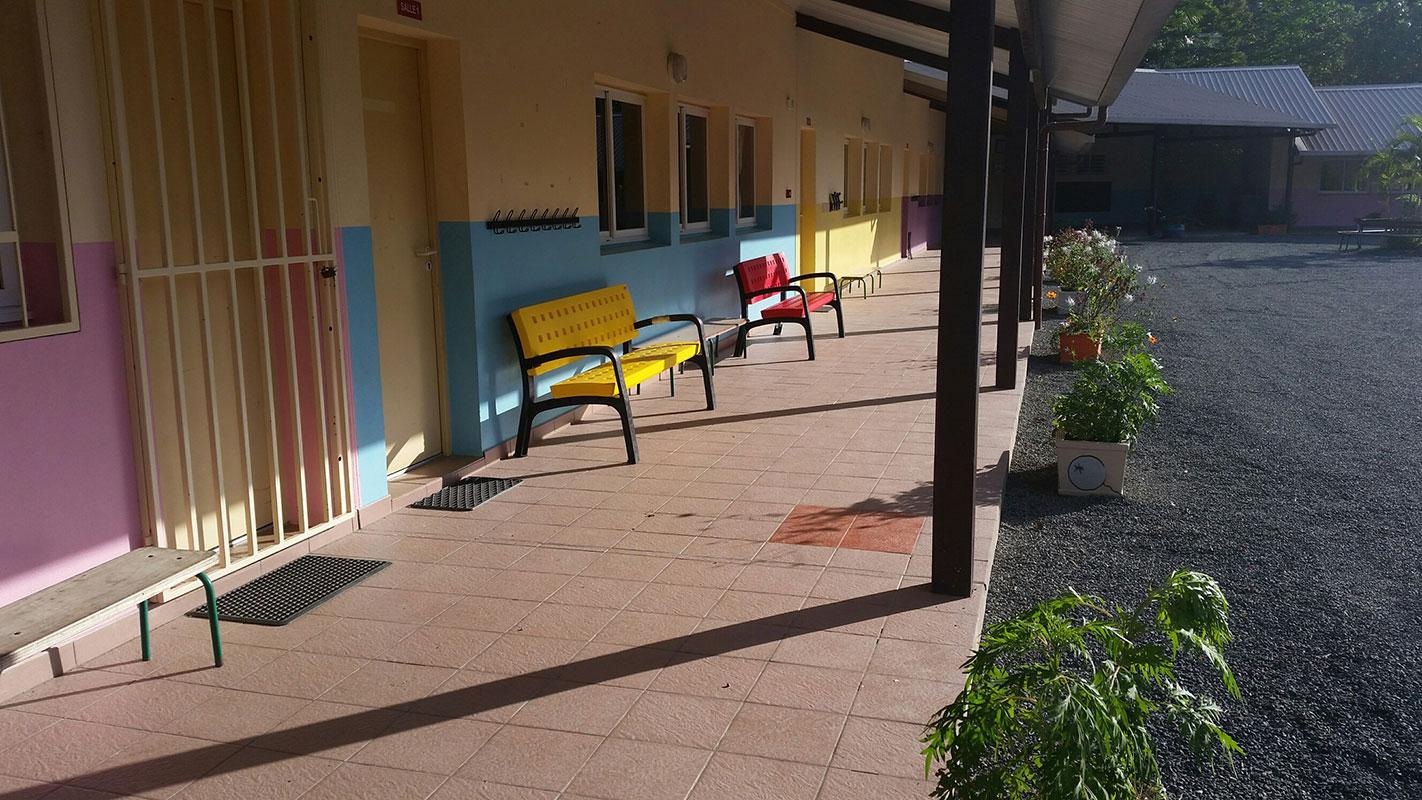 Bancos MODO de plástico en escuela de Nueva Caledonia