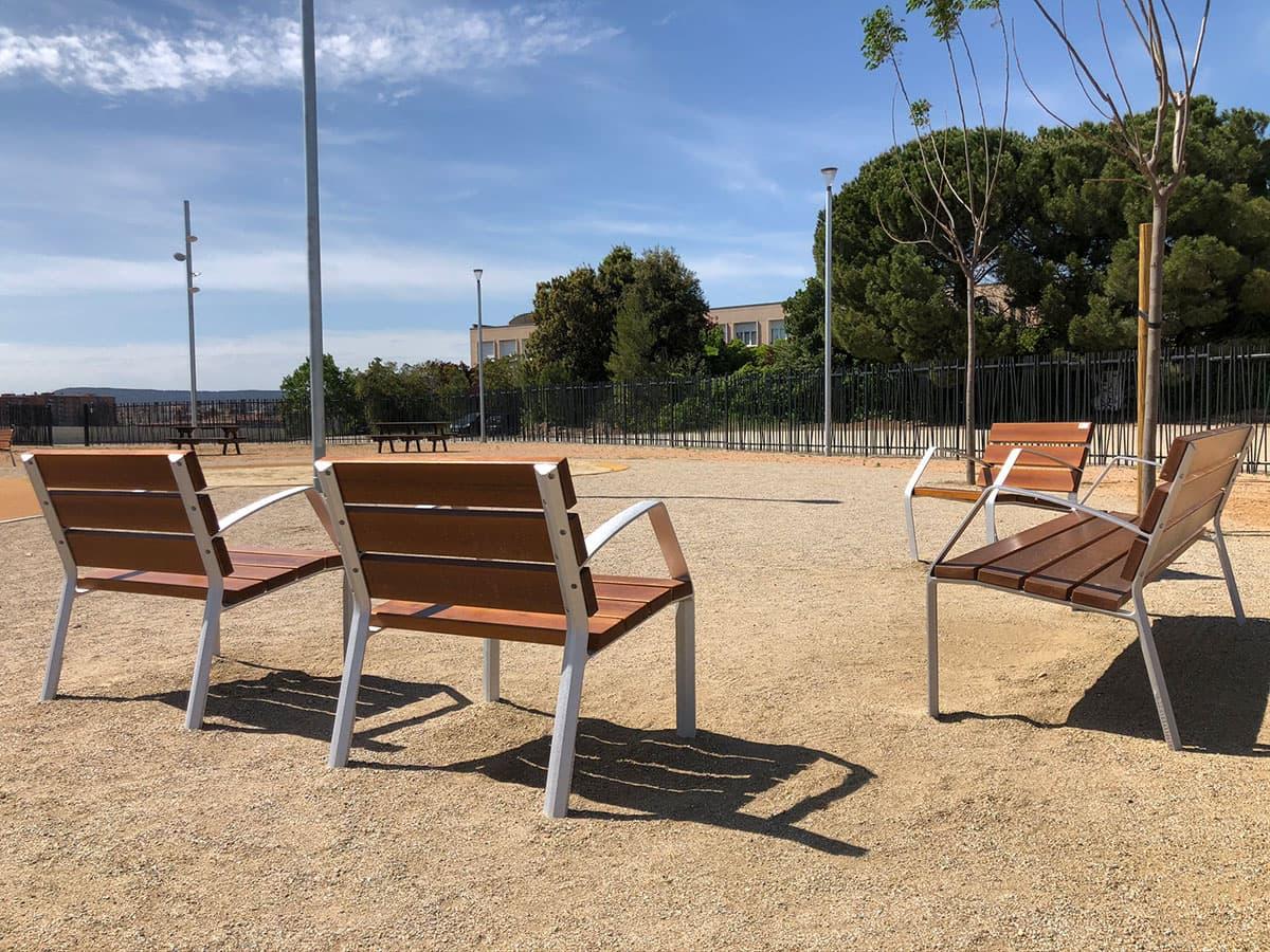 Bancos y sillas de madera para parques