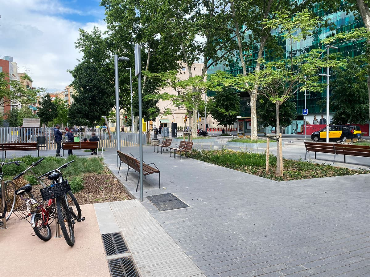 Bancos y sillas parque urbano
