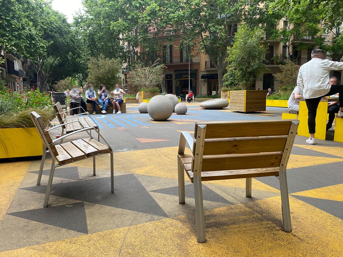 Bancos y sillas de madera para supermanzana de Barcelona
