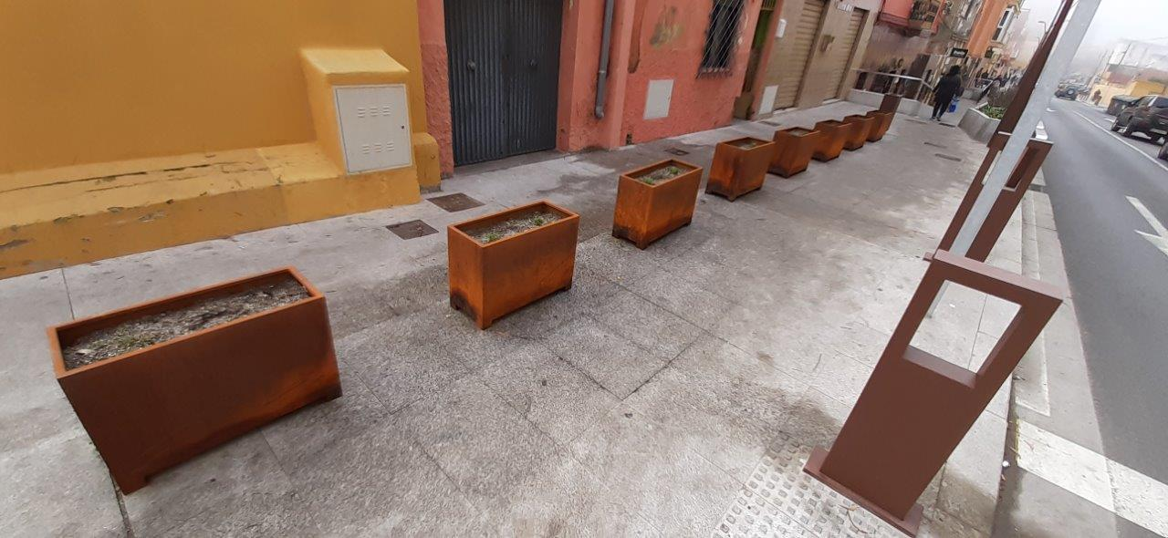 Manufacture and installation of custom planters in corten oxide steel, for the city of Ceuta.