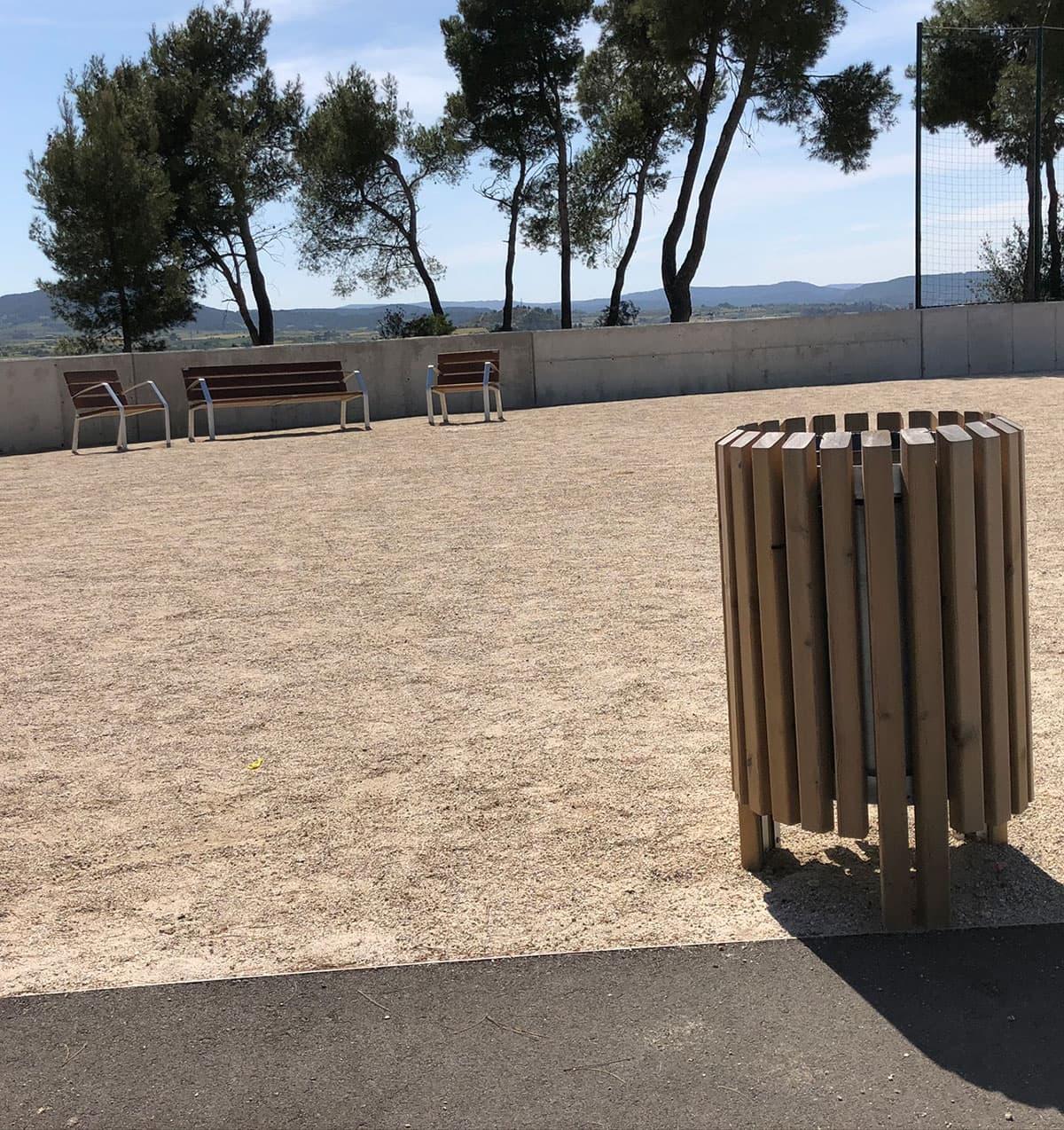 Papelera y bancos de madera