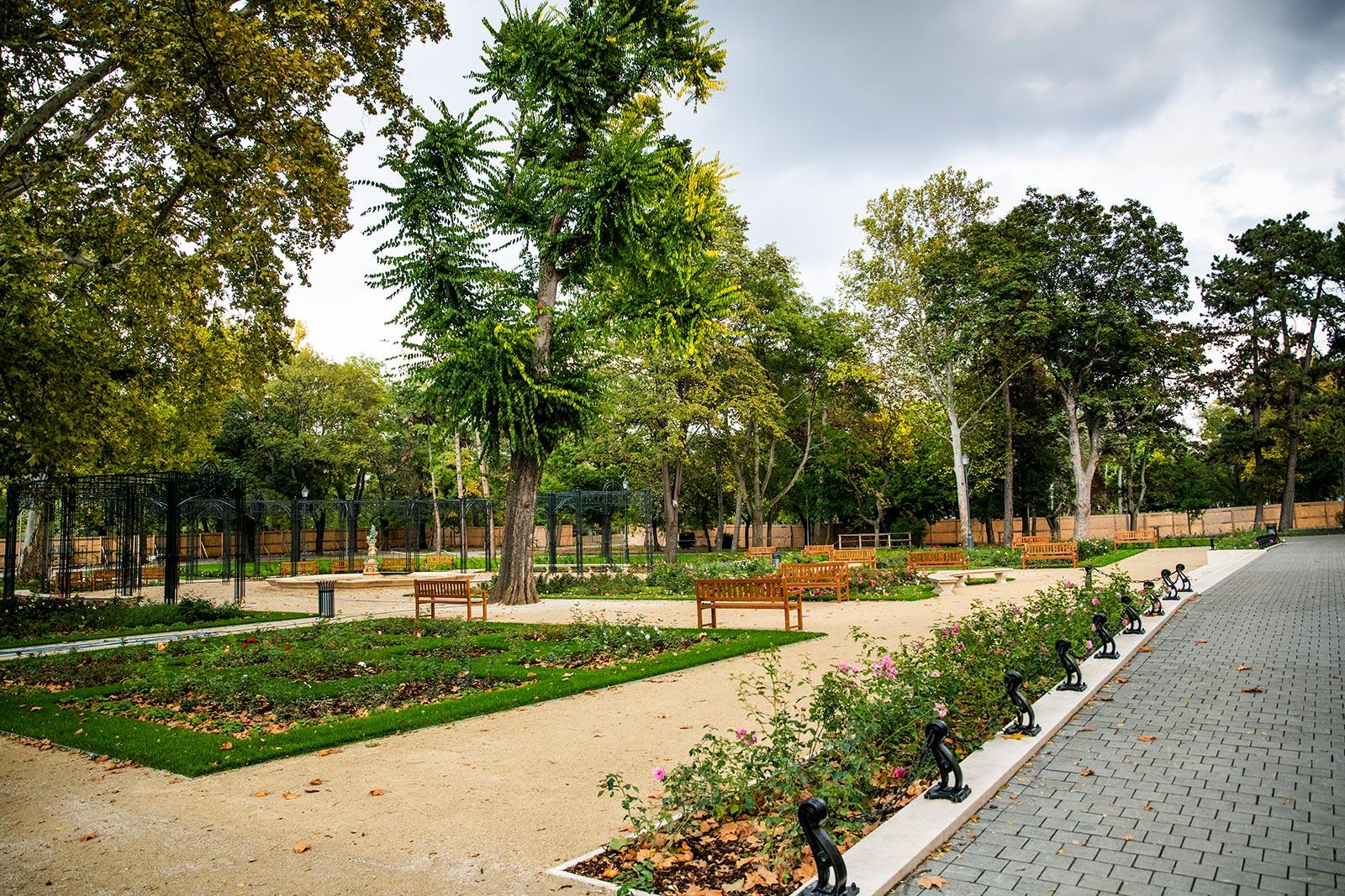 Bancos de madera en parque de Budapest