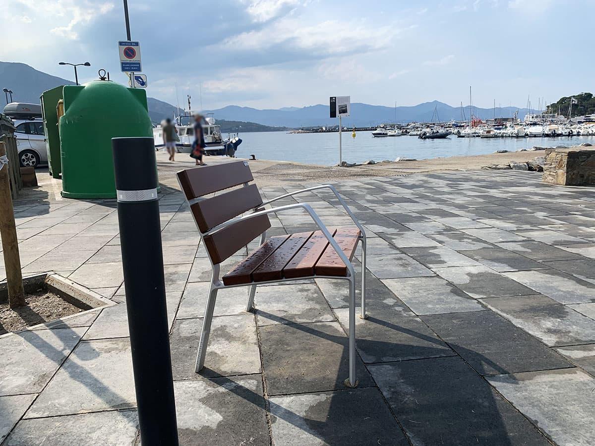 Banco de madera en el puerto